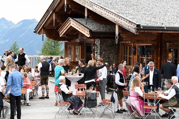 Vom stilvollen Sektempfang auf unserer Sonnenterrasse bis hin zum Drei- bis Fünf-Gang Menü in unserem traditionellen Alm-Restaurant.