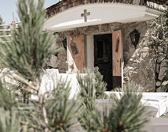 Ein geschwungener Weg aus Pflastersteinen führt direkt zu unserer kleinen Alm-Kapelle.