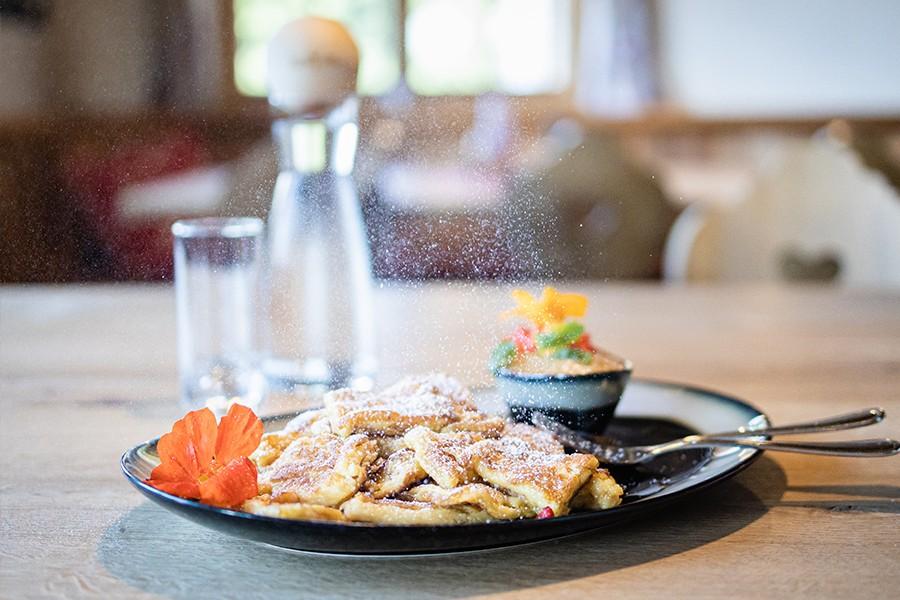 Zu den beliebtesten Gerichten auf einer Alm gehört Sommer wie Winter der Kaiserschmarrn.