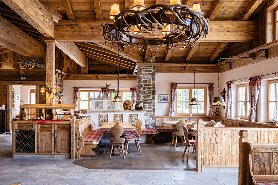 In den geschmackvoll im Tiroler Stil gehaltenen Gasträumen servieren wir Ihnen gerne eine herzhafte Brotzeit mit Speck, Käse usw. Dazu genießen Sie ein Glas frischer Bergbauernmilch.